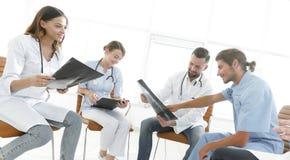 谈论的医护人员患者的X-射线 免版税库存图片