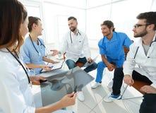 谈论的医护人员患者的X-射线 免版税图库摄影