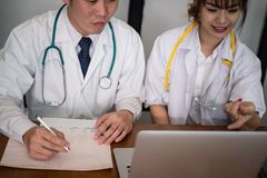 谈论的医生耐心治疗 医护人员开会议 免版税库存照片