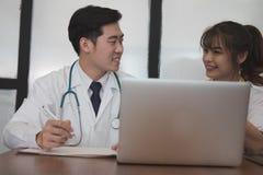 谈论的医生耐心治疗 医护人员开会议 免版税图库摄影