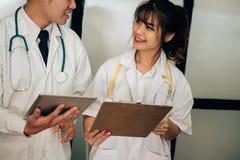 谈论的医生耐心治疗 医护人员开会议 图库摄影