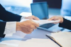 谈论的商人和的女实业家工作面试概念的文件 免版税图库摄影