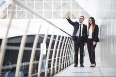 谈论的商人和的女实业家开非正式会议在办公室和计划 妇女指向 图库摄影