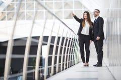 谈论的商人和的女实业家开非正式会议在办公室和计划 妇女指向 免版税库存图片