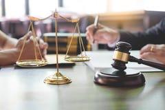 谈论的商人和的律师合同裱糊坐在桌上 法律,忠告,法律帮助的概念 图库摄影