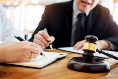 谈论的商人和的律师合同裱糊坐的a 库存照片
