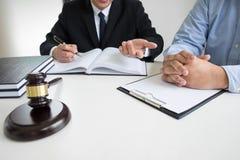 谈论的商人和的律师合同裱糊坐的a 免版税库存图片