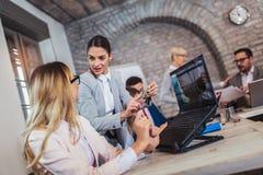谈论的商人工作在办公室和新的想法,选择聚焦 库存图片