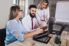 谈论的商人工作在办公室和新的想法 库存照片