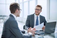 谈论的商务伙伴商业文件 免版税图库摄影