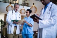 谈论的外科医生和的护士报告 免版税库存图片