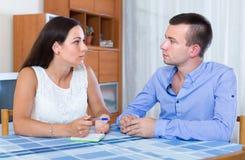 谈论的夫妇分离细节  免版税库存图片