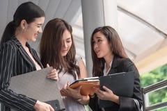 谈论的女实业家月度报告会议会议 小组分享计划的工作经验的商人 免版税库存图片