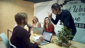 谈论的学生坐在会议桌上和精力充沛地每日经营计划 影视素材