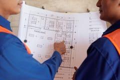 谈论的工程师图纸 免版税库存图片