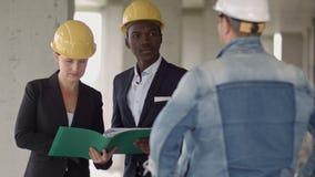 谈论的建造者工作小组看新的项目和它 影视素材