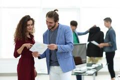 谈论的时装设计师新的想法 免版税库存照片