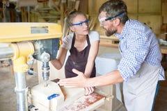 谈论的木匠工作过程 图库摄影