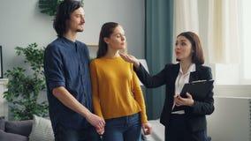 谈论的男人和的妇女谈话与女性房地产经纪人和文件户内 股票录像