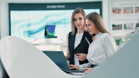 谈论的研究人员在现代未来派实验室数字显示技术的发展