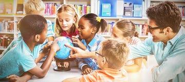 谈论的老师和的孩子地球 库存图片