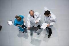谈论的医生和的外科医生X-射线,当食用咖啡时 免版税库存照片