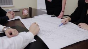 谈论的建筑师一个新的项目 股票视频