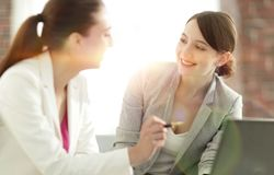 谈论联合规划的女性商务伙伴 库存图片