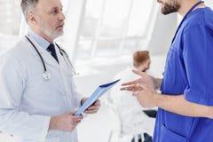 谈论聪明的医生患者健康  免版税库存照片