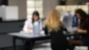 谈论被弄脏的背景的女实业家坐在桌上和事务 股票录像