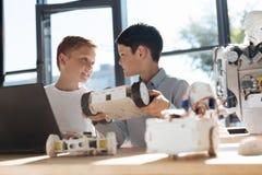 谈论青春期前的男孩他们共同的机器人项目 库存图片