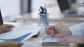 谈论项目和在纸的两名妇女在公司办公室 股票视频