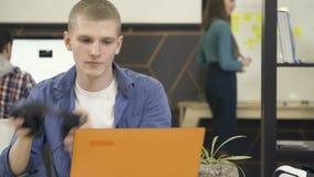 谈论年轻和创造性的工友工作 股票录像