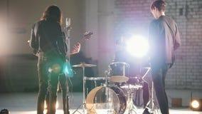 ?? 谈话一群年轻人的演奏摇滚音乐和,当它时 影视素材