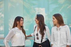 谈话三名美丽的女实业家外面 库存图片