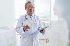 谈话与不适的患者 库存图片