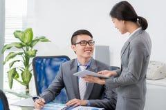 谈话与同事 免版税库存图片