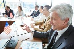 谈话与外国同事 免版税库存图片