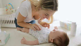 谈话与她的男婴和使用与他的年轻快乐的母亲特写镜头  股票视频