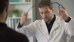 谈话与患者和听与听诊器的心跳的男性医师 股票视频