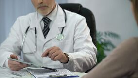 谈话与患者和检查在他的片剂个人计算机的医师病历 股票录像