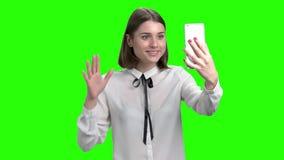 谈话与某人由智能手机网凸轮 影视素材