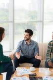谈话与他的同事 免版税库存照片