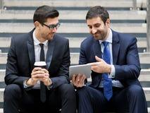 谈话两个的商人户外 免版税库存照片