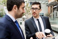 谈话两个的商人户外 图库摄影
