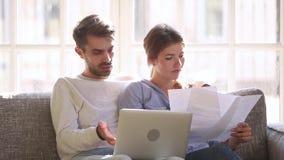 谈话严肃的夫妇有付帐的问题在膝上型计算机 股票视频