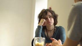 谈话和吃在咖啡馆的年轻有吸引力的夫妇 影视素材