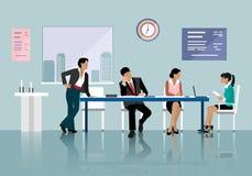 谈话和工作在办公室的人们 在桌附近的职员与膝上型计算机片剂一起使用 办公室会议室 免版税图库摄影