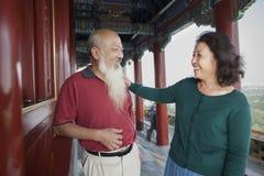 谈话和微笑在景单公园的老夫妇 库存照片