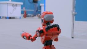 谈话和滑稽移动在陈列的逗人喜爱的有人的特点的机器人